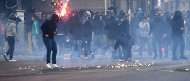 I disordini causati dai manifestanti anti-Salvini a Napoli, nella zona di Fuorigrotta
