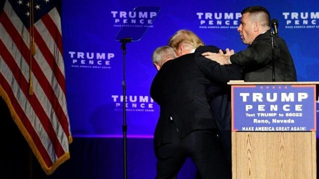 Usa 2016. Paura per Donald Trump durante un comizio.