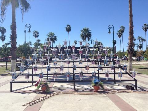 Ante la fachada de la UNISON se ha montad una instalación que recuerda a los niños muertos.