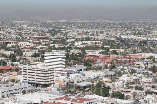 El centro de Hermosillo asomándose entre las montañas desde el cerro de la campana.