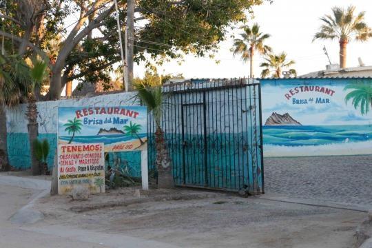 Junto al mar se ubican varios restaurantes de pescados y mariscos.