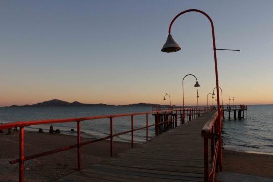 Un pequeño muelle iluminado acerca el océano a los habitantes de la comunidad.