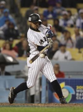 Rysuke Kikuchi tuvo un HR en la 6ta para empatar el partido para Japón. TheJapanTimes.com.
