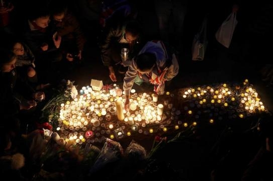 Una multitudinaria vigilia rinde homenaje a las víctimas del ... - diariovasco.com