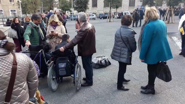 fra i manifestanti anche alcuni portatori di handicap