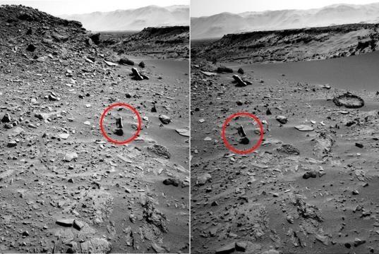 Fig. 3 Oggetto sospeso fotografato da due diverse angolazioni (rover Curiosity)