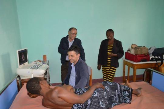 Volontariato in Africa, il cardiologo Paride Giannantoni e il cardiochirurgo Giovanni Ruvolo in Tanzania