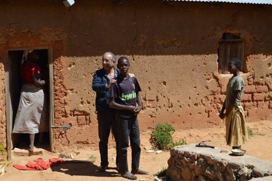 Volontariato in Africa, il professore Giovanni Ruvolo con un giovane in Tanzania