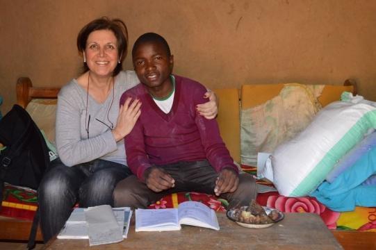 Volontariato in Africa, Margherita La Rocca Ruvolo con un giovane in Tanzania