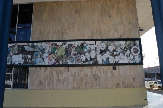 En la fachada del Ayuntamiento, un mural nos da la idea de la historia local.