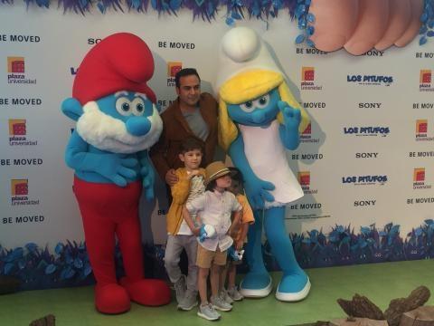 Ariel Miramontes acompañado de sus hijos
