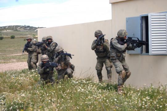 Asalto a una posición insurgente durante una operación.