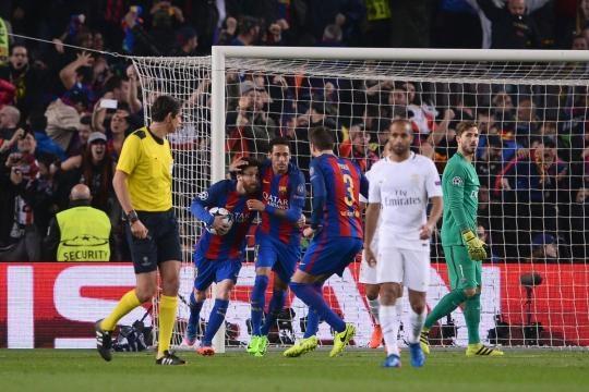 Barça comemorando o gol de pênalti de Messi.