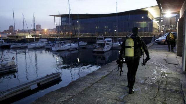 El equipo especial de buzos de la Policía Nacional peina la zona coruñesa de la Marina