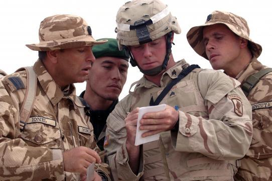 Oficiales aliados meditan una operación. La lucha antiinsurgente es un asunto internacional.