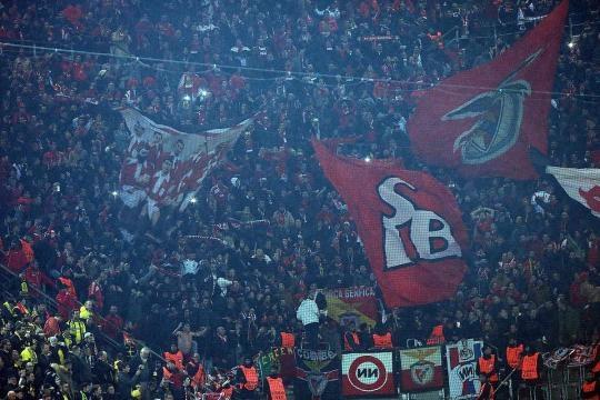 Torcida do Benfica fazendo a festa no Signal Iduna Park.