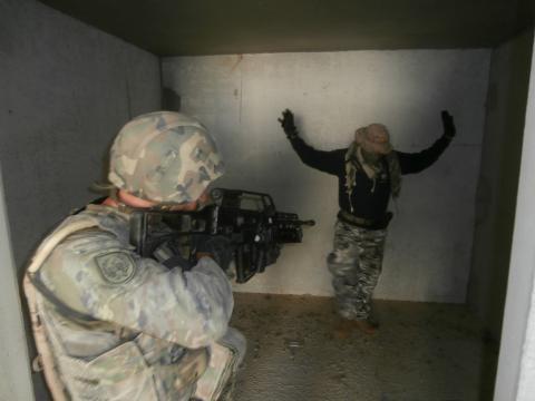 Un insurgente es capturado en una operación antiguerrilla.