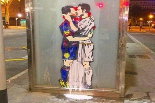 Clasico, il bacio tra Messi e Cristiano Ronaldo diventa un murales ... - ilmessaggero.it