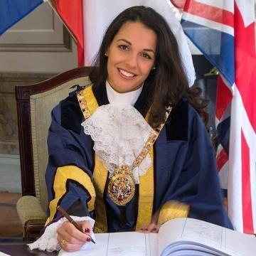 Kaiane ha appena ricevuto l'investitura di sindaco di Gibilterra (foto da Facebook)