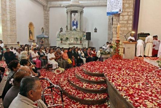Pétalos de rosa en la misa de resurrección.