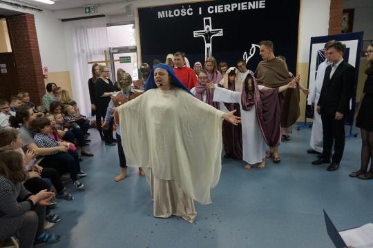 Pieśń Magnificat w wykonaniu społeczności szkolnej PZSiPS w Legionowie