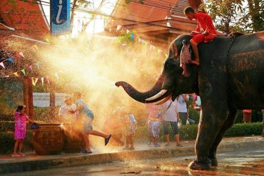 Songkran: Die größte Waserschlacht der Welt - Easyvoyage - easyvoyage.de