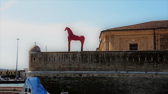 Il cavallo rosso di Mimmo Paladino