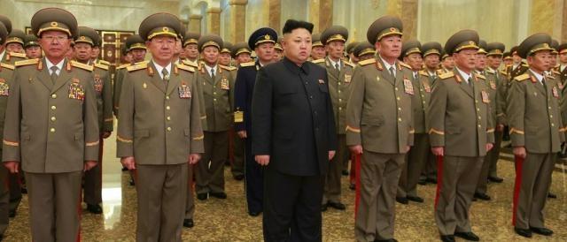 Il dittatore nordcoreano Kim Jong-sun insieme agli ufficiali dell'esercito