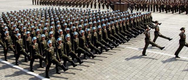 L'esercito della Corea del Nord in parata durante il 'Giorno del Sole'