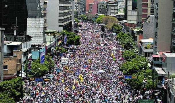 Centenares de opositores al chavismo salen a la calle para defender sus derechos Vía com.ar