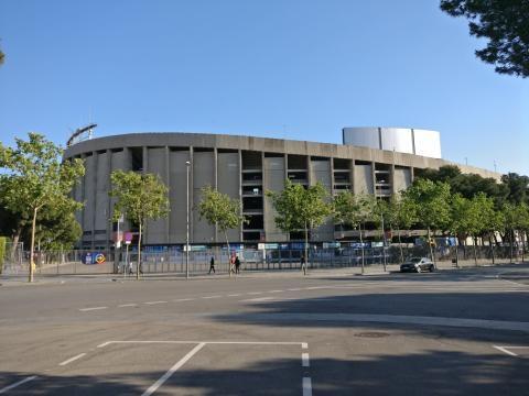 La curva dei tifosi catalani vista dall'esterno.