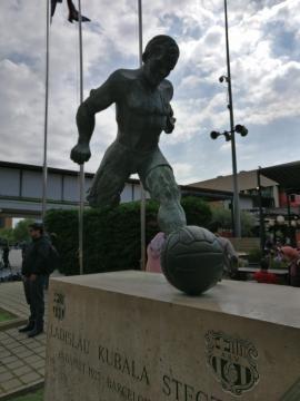 La statua in onore di Ladislau Kubala, una delle glorie blaugrana.
