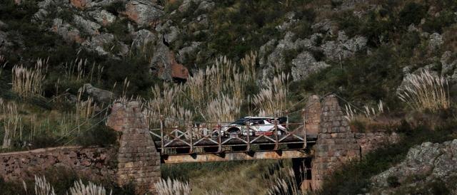 puente colgante en el afamado tramo El Cóndor-Copina