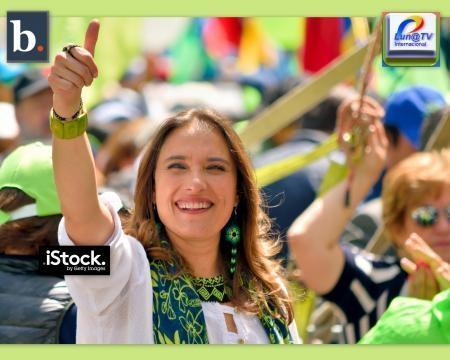 La Vice-Alcaldesa de Quito Anabel Hermosa saluda a nuestra cámara desde una considerable distancia Nikon D5500 Lente 55-300.
