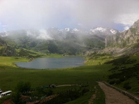 Una increible viste entre montañas cubiertas de nieve, el lago y lo verde de nuestra increíble naturaleza