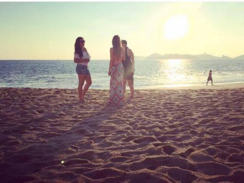 Una tranquila tarde en la playa, platicando con amistades ¿No te parece una buena opción?