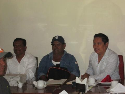 Ricardo Jimènez Guerra (al centro), es el agente municipal electo de la Colonia Alvaro Obregòn.