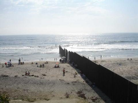 Border Wall between Tijuana and San Diego that finish in the Pacific Ocean / Photo creative commons via Wikipedia
