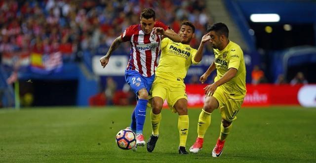 Jonathan dos Santos (centro) trata de quitarle el balón a José Giménez (24). (vía twitter - ImagenDeportes)