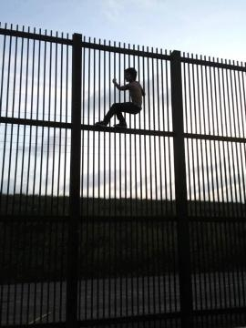 The border wall will not stop immigrants from trying to cross, since most of them are ready to die! / Photo creative commons via Wikipedia