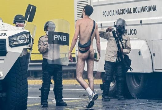 Foto cortesía de Univisión - Hans Wuerich, joven que decidió perder el pudor del desnudo para clamar por los derechos de sus conciudadanos.