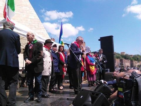 La sindaca Raggi al termine del corteo ANPI di Roma (Foto esclusiva BN)