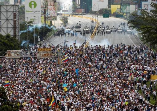 Marcha de la oposición siendo asediada por la Guardia Nacional Bolivariana.