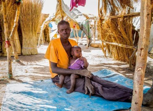 Un enfant et sa mère au Soudan