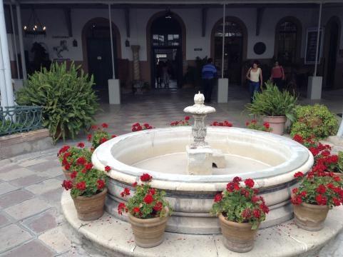 Fuente de mármol en el vestíbulo de la comunidad de galerías, estudios, boutiques y restaurantes.