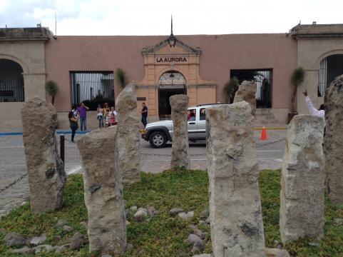 La fachada contemporánea de la Aurora en San Miguel de Allende.
