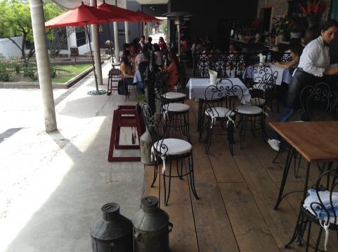 Se entiende como un lugar de convivencia este centro de comercio y ofrece excelente gastronomía.