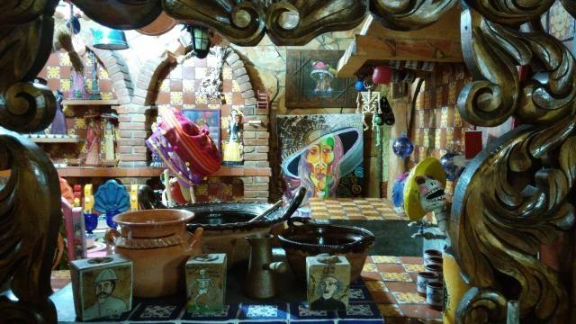 La cocina en el Museo de la Catrina en Saltillo, la comida, el artesano y la huesuda.