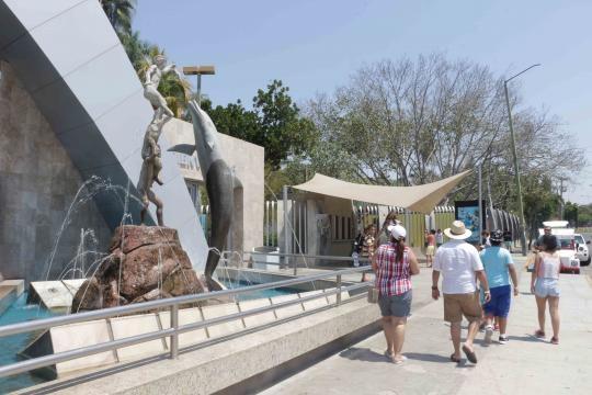 El Acuario de Mazatlán inmerso en el contexto urbano que circunda una laguna.