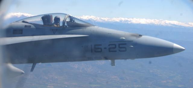 El piloto de F-18 observa a través de su carlinga.